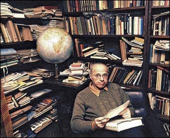 Stanislaw Lem rodeado de libros