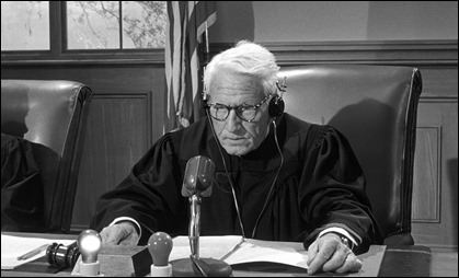 Spencer Tracy como el juez Haywood