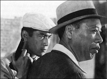 Takashi Shimura y Toshiro Mifune en El perro rabioso