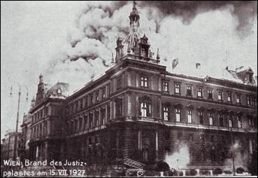 El incendio del Palacio de Justicia, conmoción para Canetti del efecto de la masa