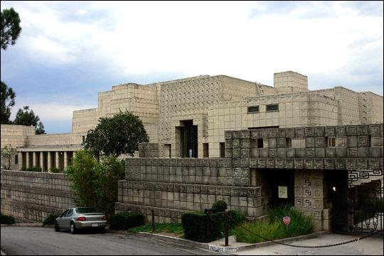 Ennis House, cuyas placas precolombinas decoran las paredes del apartamento de Deckard