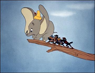 Dumbo a punto de iniciar sus lecciones de vuelo
