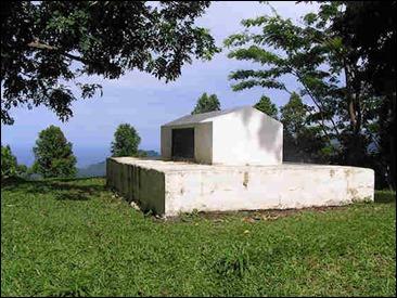 La sencilla tumba de Stevenson en Samoa