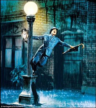Gene Kelly, cantando bajo la lluvia