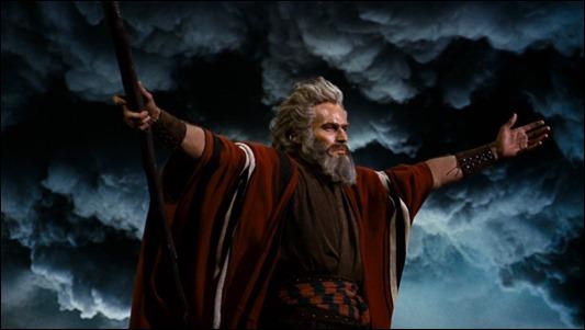 Charlton Heston sigue impresionando en este momento de Los diez mandamientos