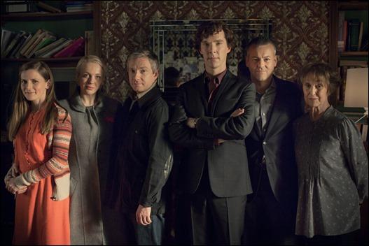 La familia Holmes, o sea, Molly Hooper, Mary, Watson, Holmes, el inspector Lestrade y la señora Hudson