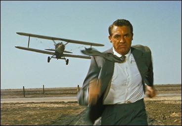 Cary Grant huye de la avioneta fumigadora en Con la muerte en los talones