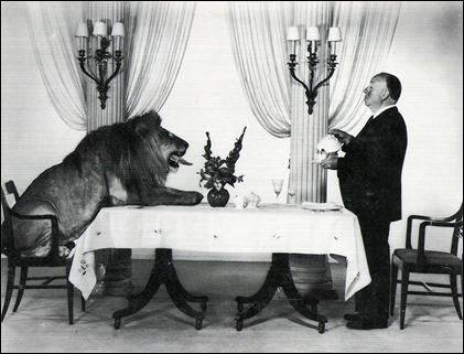 Hitchcock y el león de la Metro tomándose un té