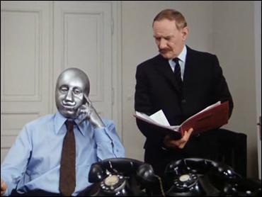 El doctor Martino, con su máscara de acero, y su interrogador, Trevor Howard