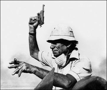 La famosa imagen de Samuel Fuller gritando acción con una pistola