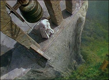Estaba claro que en esta espadaña al borde del abismo sucedería el clímax de Narciso negro
