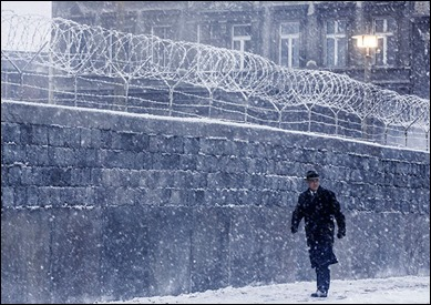 Tom Hanks bordeando el Muro de Berlín