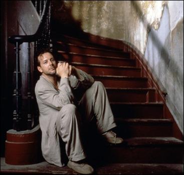 Atención al cordón cuidadosamente desatado de Mickey Rourke en esta foto publicitaria de El corazón del ángel