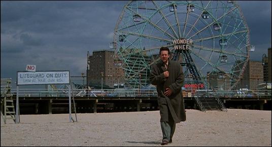 La noria de Coney Island en temporada baja da pie a un plano sugestivo