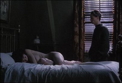 Helena Bonham-Carter y Linus Roache en el final de Las alas de la paloma