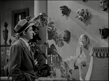 Las máscaras cuelgan en el apartamento de Lydecker, significativo