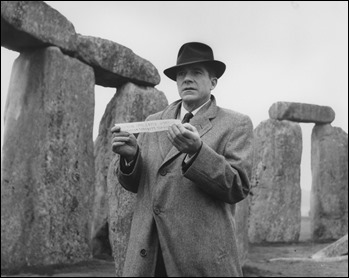 Estupenda imagen de La noche del demonio, con Dana Andrews entre las piedras de Stonehenge