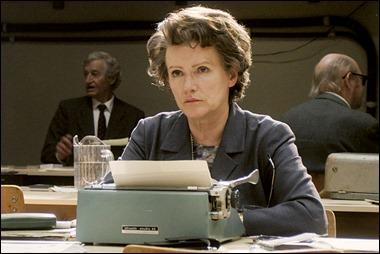 Hannah Arendt, sola en Jerusalén ante su máquina de escribir