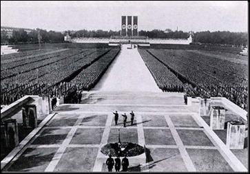 El partido nazi en el estadio Zeppelin de Nuremberg, la imagen de la masa y el orden
