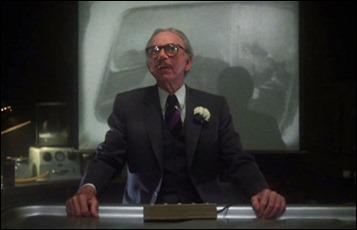 Jack Albertson como el forense Dodds, en Muertos y enterrados