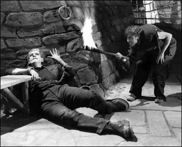El jorobado Fritz atormentando al monstruo de Frankenstein