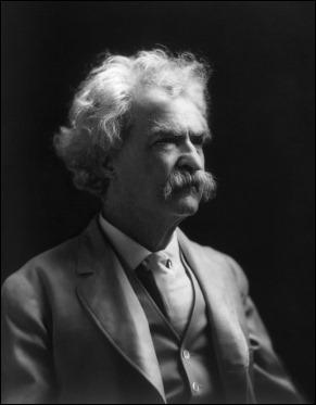La clásica imagen de Mark Twain en su ancianidad con su pelambrera blanca