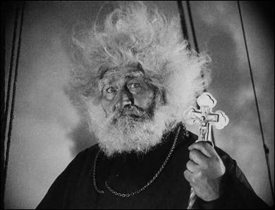 El pope del Potemkin y su cruz-mazo-puñal