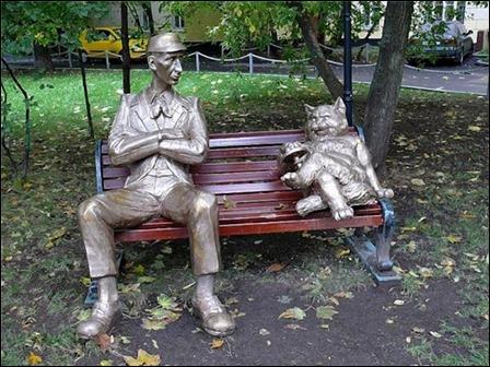 Koroviev y el gato Behemot, escultura inspirada en El maestro y Margarita, en un parque de Moscú