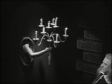 El famoso efecto de las manos emergiendo de las paredes, en La Bella y la Bestia, de Cocteau