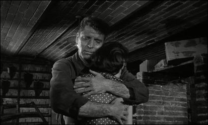 El abrazo de Burt Lancaster a Jeanne Moreau en El tren