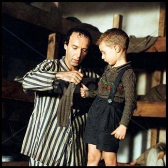 Con un padre como Roberto Benigni, incluso el infierno puede parecer un campo de juegos, en La vida es bella