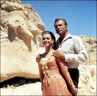 Lex Barker como Kara Ben Nemsi, junto a Marie Versini, en El ataque de los kurdos