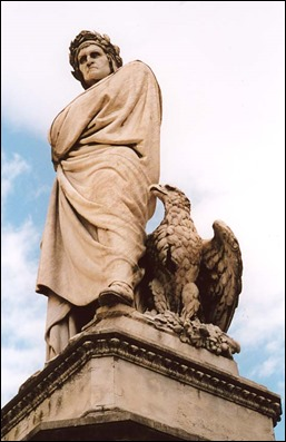 Magnífica estatua de Dante en la plaza de la Santa Croce, de Florencia