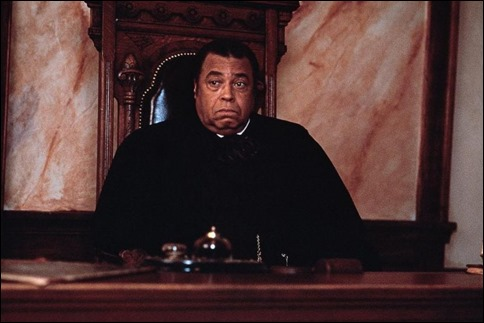 El desconcertado juez que debe juzgar a Sommersby en el Profundo Sur es negro, James Earl Jones