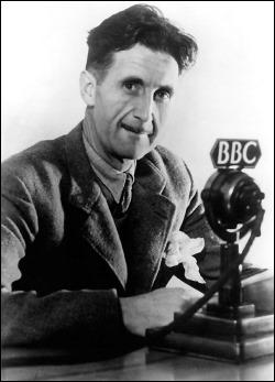 Orwell, delante de los microfonos de la BBC, para la que trabajo durante la guerra