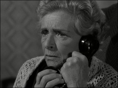 Gladys Cooper en Night Call,, episodio de La Dimension Desconocida