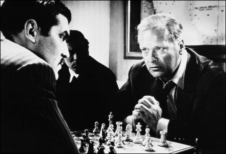 Los dos antagonistas, en la película Juego de reyes, que adapta la Novela de ajedrez
