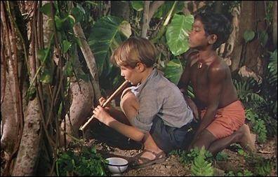 Bogey, en el film, tratando de hipnotizar a la cobra