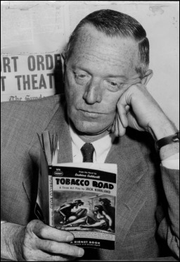 Erskine Caldwell leyendo... la version teatral de su novela El camino del tabaco