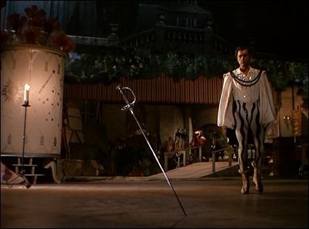 El vengador Scaramouche finalmente clava su espada no en De Maynes sino en el suelo