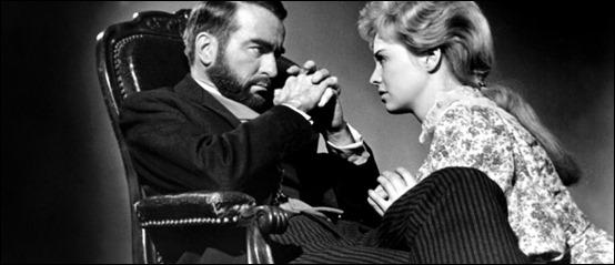 Un Clift insólitamente barbado, como Freud, y Susannah York como su paciente
