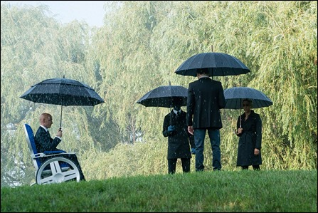 El triste entierro de Raven, bajo la lluvia, como dictan los canones