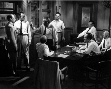 Los doce hombres sin piedad, en plena deliberacion