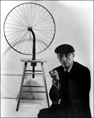 Marcel Duchamp y uno de sus ready-mades