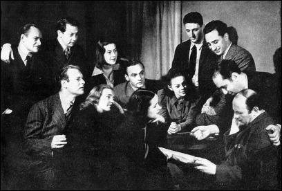 Elia Kazan, arriba a la derecha en una fotografia rodeado de otros miembros del Group Theatre