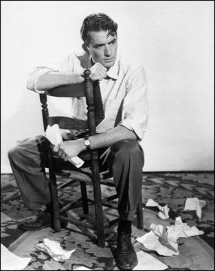 Imagen promocional de Gregory Peck en La barrera invisible como diciendo Yo Denuncio