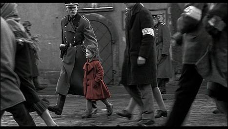 La nina del abrigo rojo que ve Schindler