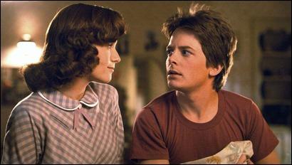 La madre, Lorraine, mirando amorosa al hijo, Marty