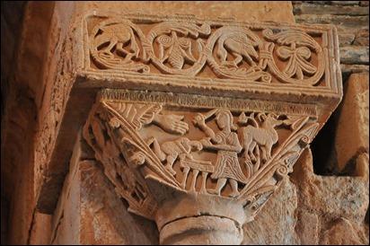 Capitel romanico que bien pudiera estar en la Colegiata de Castroforte