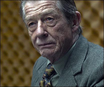 John Hurt es Control en El topo, pelicula de 2011